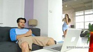 زوجته وجدته يستمني و يشاهد فيلم سكس في الحاسوب الجنس العربي القذر